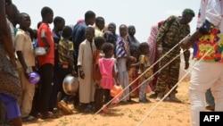Anak-anak di Niger antre untuk menerima bantuan makanan di kamp Saguia di luar kota Niamey, Niger (foto: dok).