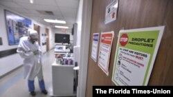 علائم نصب شده روی در اتاقهای بیمارستان مموریال در جکسونویل، فلوریدا، رعایت ضوابط کرونایی را به همه تذکر میدهد