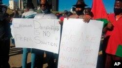 Des personnes manifestent après l'accord conclu avec l'Allemagne concernant le génocide à Windhoek, en Namibie, le 28 mai 2021.
