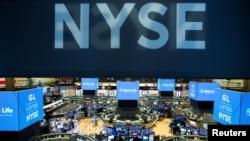 Suasana di lantai bursa New York Stock Exchange (NYSE) 12 Agustus 2019. (Foto: dok)