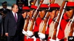 En esta fotografía de archivo del 29 de agosto de 2008, el ministro de Defensa de Perú, Antero Flores Araoz, a la izquierda, pasa revista a la guardia de honor durante una ceremonia de bienvenida en La Paz, Bolivia.