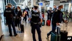 德國警察在法蘭克福檢查到達乘客的新冠病毒檢測陰性證明。(2021年3月30日)