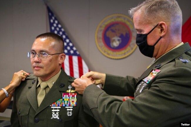 Thiếu tướng Carl Mundy, Tư lệnh USMARCENT, gắn quân hàm cho tân Thiếu tướng gốc Việt William Seely, ngày 31-07-2020. Photo Twitter USMARCENT.