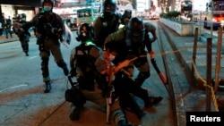 防暴警察在中國香港旺角舉行的抗議活動中拘留了一名反政府示威者。 (2020年5月10日)