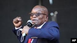 L'ancien président sud-africain Jacob Zuma s'adresse à des partisans devant la Haute Cour de Pietermaritzburg, en Afrique du Sud, le mercredi 26 mai 2021, où il fait face à des accusations de corruption.