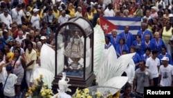 Feligreses en La Habana, cargan en andas una figura de la Virgen de la Caridad del Cobre, patrona de Cuba, en una imagen de archivo de septiembre de 2015.