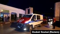 Une ambulance devant une structure hospitalière en Tunisie.