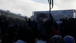 Участники митинга в Петербурге скандируют лозунг Бориса Немцова
