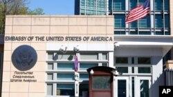 Unos 200 empleados locales de la embajada estadounidense en Moscú fueron despedidos, acatando así una prohibición anunciada por el Kremlin. Sólo los guardias de seguridad locales lograron conservar sus empleos.