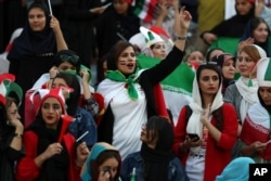 بانوان ایرانی مسابقه تیم ملی ایران و کامبوج را از نزدیک تماشا میکنند. [ّآرشیو]