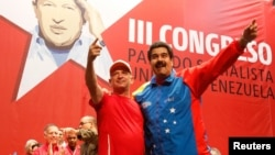 Tổng thống Venezuela Maduro (phải) khoác vai tướng hồi hưu Hugo Carvajal tại một đại hội của đảng cầm quyền ở Caracas, 27/7/2014.
