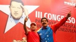ARCHIVO - El presidente de Venezuela, Nicolás Maduro, a la derecha, abraza al general retirado Hugo Carvajal mientras asisten al congreso del Partido Socialista en Caracas, el 27 de julio de 2014.