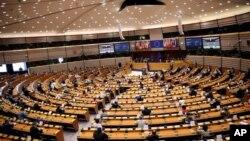 اورسولا ون در لين، رئیس کمیسیون اروپا، در برابر پارلمان اروپا در بروکسل سخنرانی می کند. ۱۶ سپتامبر ۲۰۲۰
