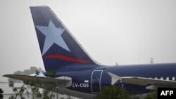 Un avión de la aerolínea Latam Argentina se asienta en la pista del aeropuerto Jorge Newbery, en Buenos Aires,el pasado 22 de julio.