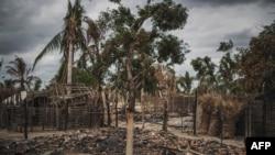 FILE -Mabaki ya makazi yaliyochomwa moto katika kijiji cha Aldeia da Paz nje kidogo ya mji wa Macomia, katika mkoa wa Cabo Delgado kaskazini ya Msumbiji, Aug. 24, 2019.