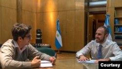 Martín Guzmán (Der.), ministro de Economía de Argentina dijo que la oferta puede iniciar la reconstrucción del país.