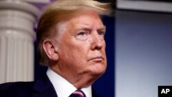 Predsednik Sjedinjenih Država Donald Tramp tokom brifinga o koronavirusu u Beloj kući, u Vašingtonu, 24. aprila 2020. (Foto: AP/Alex Brandon)
