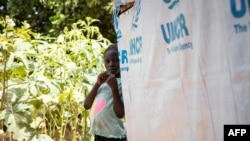 Une jeune fille près de son abri dans un camp pour personnes déplacées à l'intérieur du pays (PDI) à Kaya, Burkina Faso, le 14 octobre 2020.