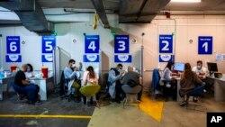 Vaksinasi COVID-19 Pfizer-BioNTech di pusat vaksinasi yang didirikan di tempat parkir pusat perbelanjaan di Givataim, Israel, 4 Februari 2021. (Foto: dok).