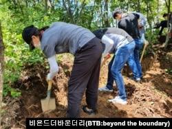 대학생들이 직접 유해 발굴을 위한 땅을 파고 있다. 사진제공=비욘드더바운더리(BTB:beyond the boundary).
