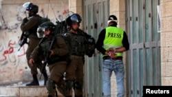 រូបឯកសារ៖ ទាហានអ៊ីស្រាអែលចាប់ខ្លួនអ្នកថតវីដេអូជនជាតិប៉ាឡេស្ទីនម្នាក់ អំឡុងពេលប៉ះទង្គិចគ្នានៅភូមិ Tuqu នៅតំបន់ West Bank កាលពីថ្ងៃទី២៥ ខែមករា ឆ្នាំ២០១៩។