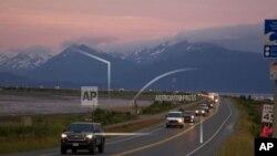 29일 미국 알래스카주 페리빌에 규모 8.2의 지진이 발생하면서 쓰나미 경보가 내려지자 호머스피트 주민들이 줄지어 대피하고 있다.