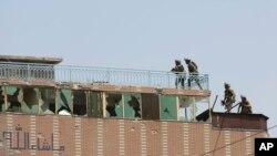 3일 아프가니스탄 잘랄라바드에서 군인들이 이슬람 무장세력 IS의 공격을 받은 교도소 안으로 진입하고 있다.