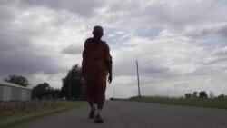 Чекор по чекор промовира мир - будистички монах за четири месеци ја испешачи Америка