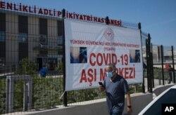 Un hombre llega para recibir una dosis de la vacuna Pfizer COVID-19 en un hospital, en Ankara, Turquía, el 1 de mayo de 2021.