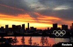 Cincin Olimpiade di Tokyo, Jepang, saat matahari terbenam, 20 Juli 2021.