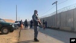 نیروهای امنیتی در نزدیکی ساحۀ حمله در پایگاه هوایی بگرام