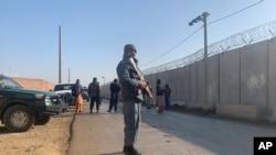 Pripadnik snaga bezbednosti stražari ispred avio baze u provinciji Parvan, u Kabulu, Avganistan, 11. decembra 2019.