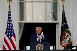 Donald Tramp Ağ Evin eyvanında