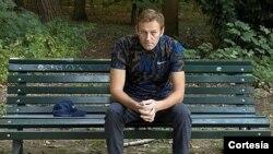 El opositor Alexei Navalny sentado en una banca en Berlín, Alemania, en esta foto obtenida de las redes sociales.