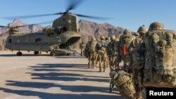 Arhiva - Vojnici SAD ukrcavaju se u transportni helikopter tokom misije u Avganistanu, 15. januar 2019.