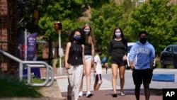 Mahasiswa mengenakan masker di kampus University of North Carolina di Chapel Hill, 18 Agustus 2020. (Foto: AP)