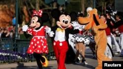 Karakter animasi Disney Mickey Mouse dan Minnie Mouse menghadiri perayaan 25 tahun berdirinya Disneyland Paris di Marne-la-Vallee, near Paris, France, pada April 12, 2017. (Foto: REUTERS/Benoit Tessier)