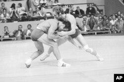 مسابقه کشتی بین دن گیبل از واترلو، آیووا و روسل آشورالیف، بازیکن اتحاد جماهیر شوروی در بازی های المپیک مونیخ، آلمان - ۱ سپتامبر ۱۹۷۲