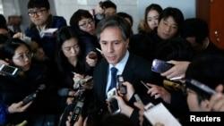 지난 2015년 2월 서울을 방문한 토니 블링컨 국무부 부장관이 외교부 청사를 방문한 후 기자들의 질문을 받고 있다.