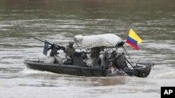 Soldados de la Armada colombiana patrullan el río Arauca, la frontera natural con Venezuela, visto desde Arauquita, Colombia, el 26 de marzo de 2021.