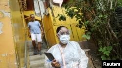 El incumplimiento de pagos por contribución del gobierno en disputa de Venezuela a la OPS ha concluido con la suspensión del derecho a voto de este país. En la imagen, una doctora en un barrio pobre de Caracas, el pasado 14 de julio.