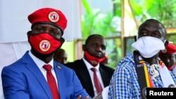 Umucuraranzi akaba n'umunyepolitike, Robert Kyagulanyi, azwi nka Bobi Wine hamwe na Kizza Besigye bari mu kiganiro n'abamenyeshamakuru i Kampala, kw'itariki 15/06/2020.