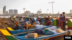 Fishing boat are parked along the Mekong riverbank on the evening of Oct. 14, 2019 in Phnom Penh, Cambodia. (Malis Tum/VOA Khmer)