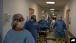 Des travailleurs médicaux déplacent un nouveau patient atteint de coronavirus pour être traité à l'hôpital Dr Ernesto Che Guevara de Marica, Brésil, le 21 mai 2020.