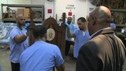 교황의 의자 만드는 수감자들