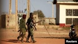 Des militaires marchent à l'intérieur de l'école scientifique du gouvernement à Kankara, dans le nord-ouest de l'État de Katsina, au Nigeria, le 13 décembre 2020.