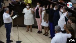 El presidente de la Asamblea Nacional, Gustavo Porras, juramentado a los nuevos magistrados del Poder Electoral de Nicaragua este jueves. [Foto: VOA/Houston Castillo]
