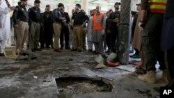 巴基斯坦警方2020年10月27日在白沙瓦的一家伊斯兰神学院查看当天的爆炸现场。