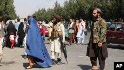 Talibanski borci stražare ispred aerodroma nakon smrtonosnih napada u četvrtak, u Kabulu, Adganistan, 27. avgusta 2021.