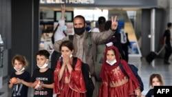 Афганские беженцы в международном аэропорту Даллеса в Вирджинии. 27 августа 2021г.
